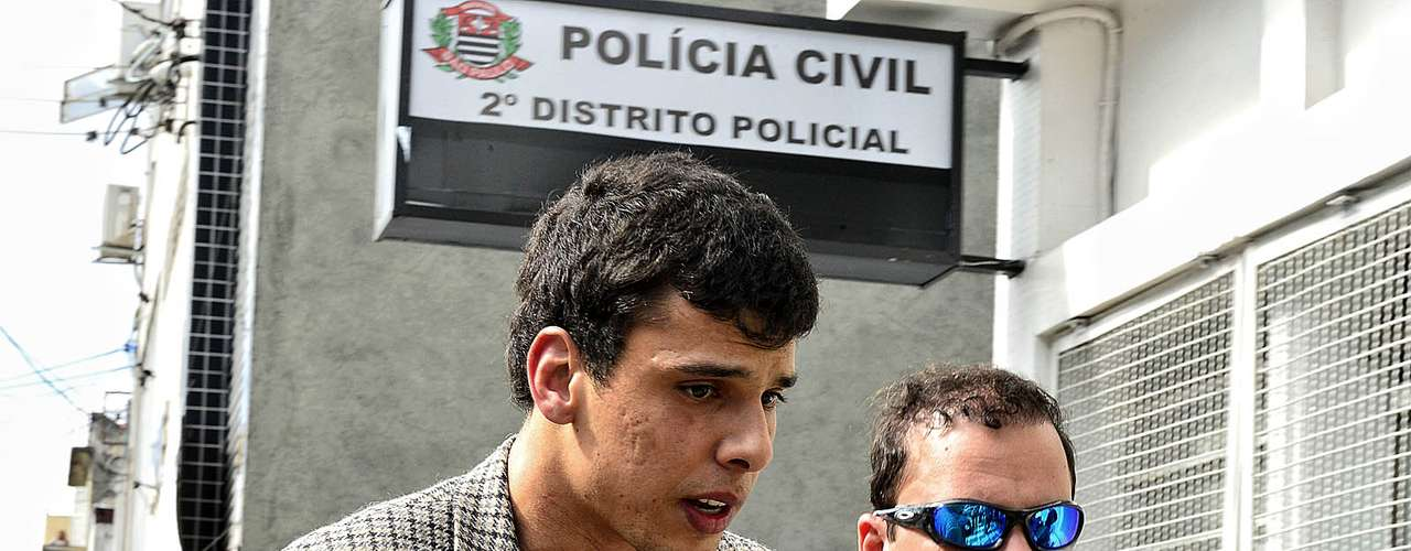 12 de junho O estudante André Marcos Martins, 26 anos, é levado a um centro de detenção provisória (CDP)