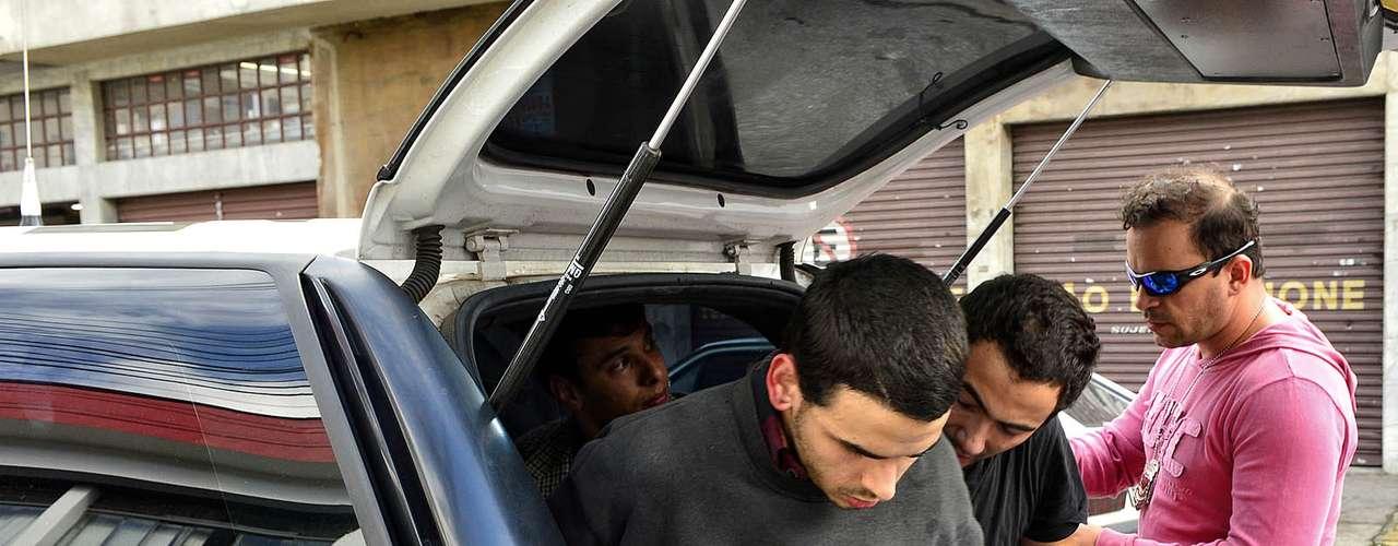 12 de junho O autônomo Bruno Lourenço, 19 anos, sai da viatura da Polícia Militar
