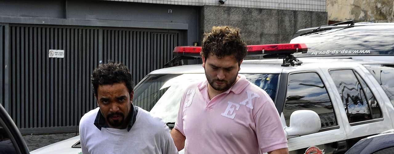 12 de junho O publicitário Clodoaldo Almeida da Silva, 28 anos, é acompanhado por um policial
