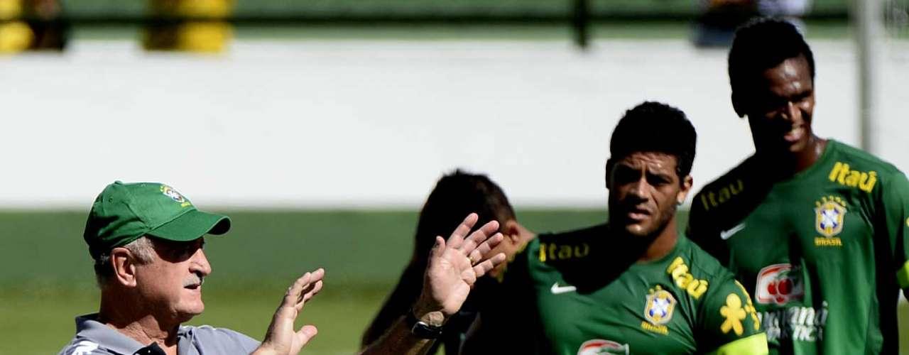 Hulk ouve as orientações de Felipão