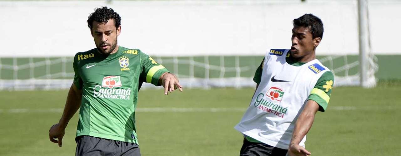 Paulinho, do Corinthians, chega para dividir com Fred
