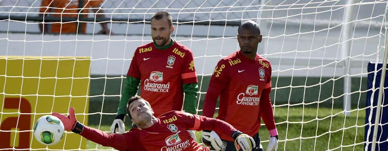 Goleiro titular da Seleção pratica a defesa, observado por Diego Cavalieri e Jefferson