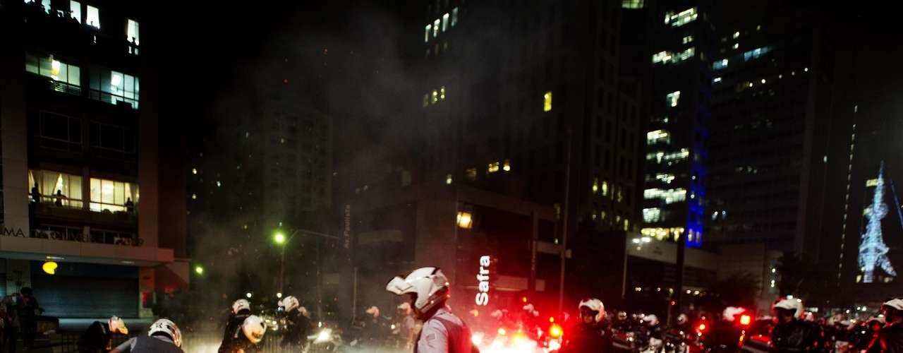 11 de junho- Policiais tentam apagar o fogo em objetos deixados por manifestantes