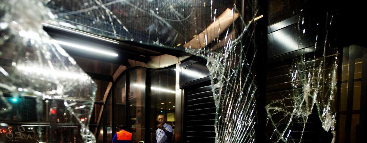 11 de junho- Vidro de estação do Metrô foi quebrado nesta terça-feira, durante protesto contra o aumento da passagem em São Paulo. Na última semana, a companhia calculou R$ 73 mil em prejuízo após o ato de quinta-feira