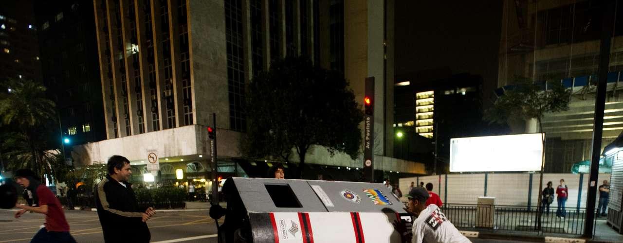 11 de junho- Guarita usada pela Polícia Militar na avenida Paulista foi jogada no meio da via