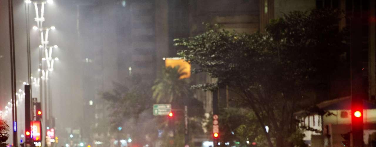 11 de junho- Manifestantes fazem barreira queimando objetos durante protesto nesta terça-feira, contra o aumento da passagem do transporte público em São Paulo