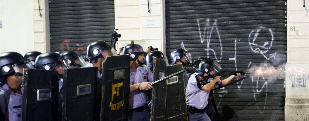 11 de junho Em um momento tenso, aPM tentou fazer com que o protesto parasse, mas os manifestantes se recusaram e seguiram pela avenida Rangel Pestana, no Centro, próximo ao terminal Bandeira, entrando em confronto com a polícia