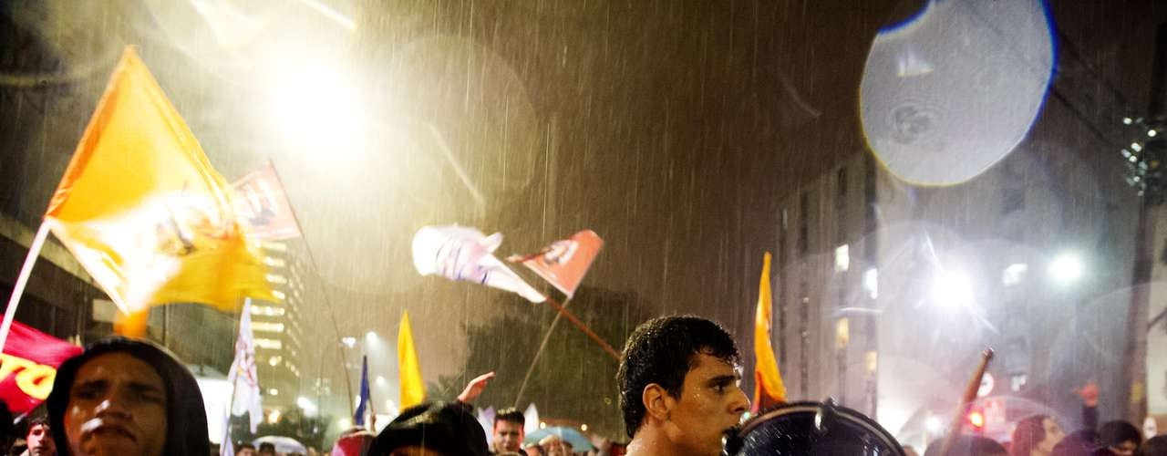 11 de junho-Manifestantes encararam a chuva durante protesto nesta terça-feira contra o aumento da passagem, em São Paulo