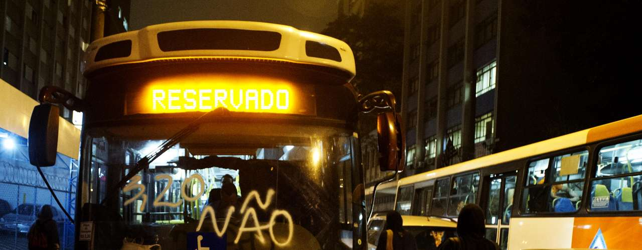 11 de junho-Ônibus foi pichado durante o protesto contra o aumento da passagem do transporte público nesta terça-feira