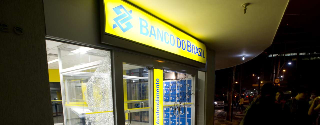 11 de junho-Agência bancária também foi quebrada por manifestantes, em protesto contra o aumento da passagem do transporte público nesta terça-feira