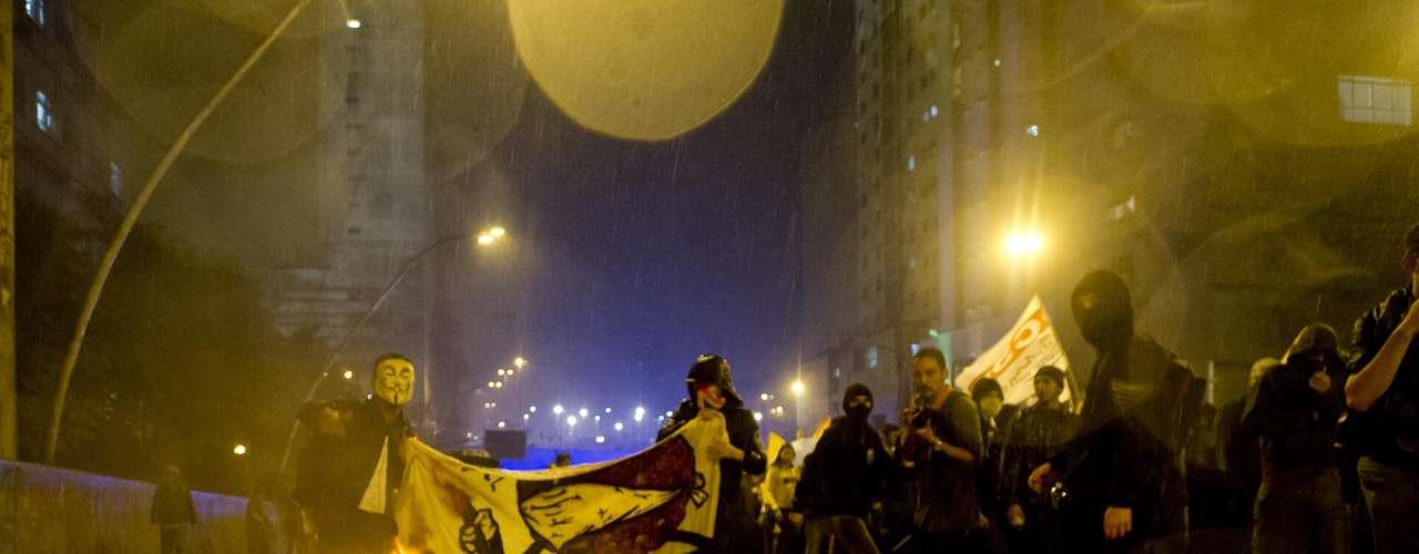11 de junho-Manifestantes chegaram a queimar objetos para obstruir vias da cidade, durante protesto contra o aumento da passagem nesta terça-feira, em São Paulo