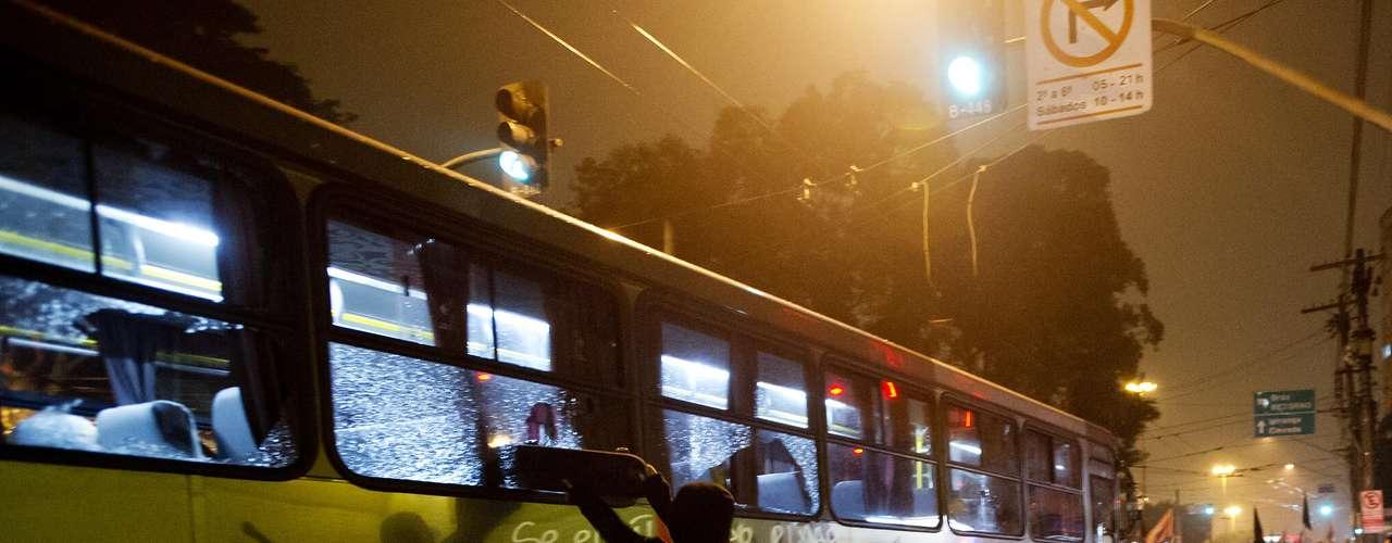 11 de junho-Ônibus ficou danificado após protesto contra o aumento da passagem do transporte público nesta terça-feira