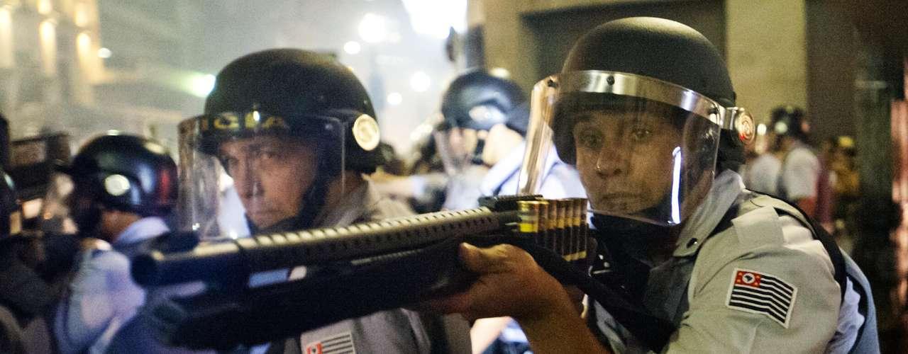 11 de junho - Os policiais não permitiram que os manifestantes descessem a avenida Vinte e Três de Maio, e o protesto seguiu pela avenida Liberdade sentido praça da Sé