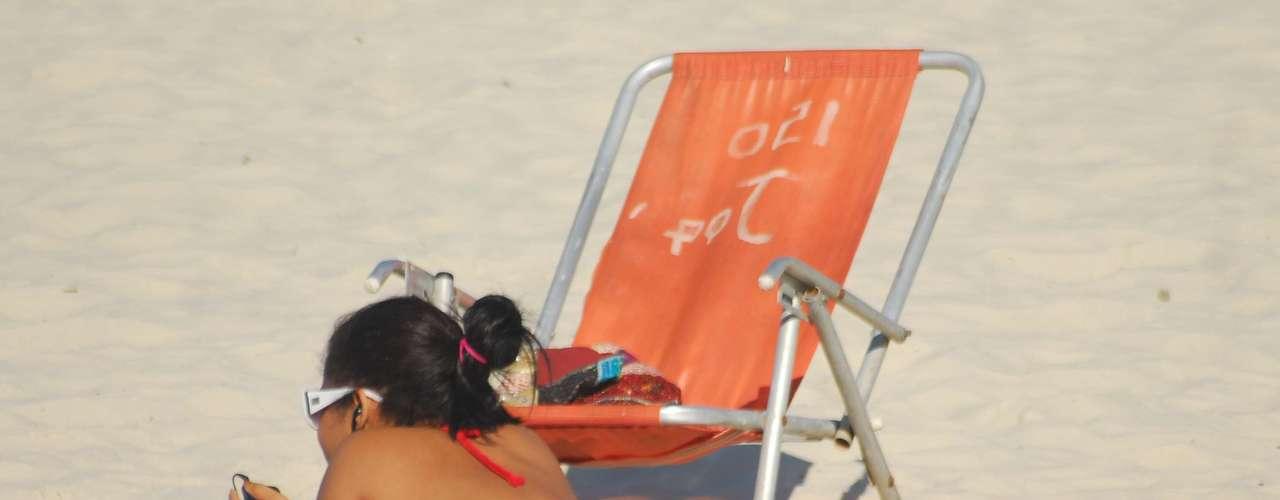 12 de junho Jovem toma banho de sol na praia de Copacabana, no Rio de Janeiro. Esta quarta-feira começou com 16°C, mas as temperaturas devem chegar a 30°C durante o dia na capital fluminense