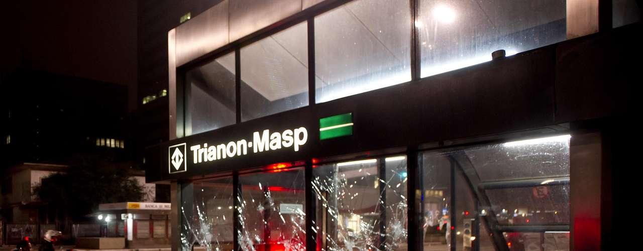 11 de junho - Vidros de estação do metrô foram quebrados