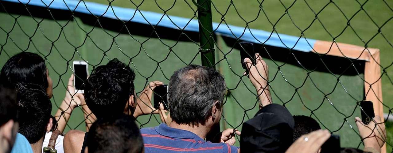 Fãs tiraram o telefone celular do bolso para guardar um recordo da passagem da Seleção por Goiânia