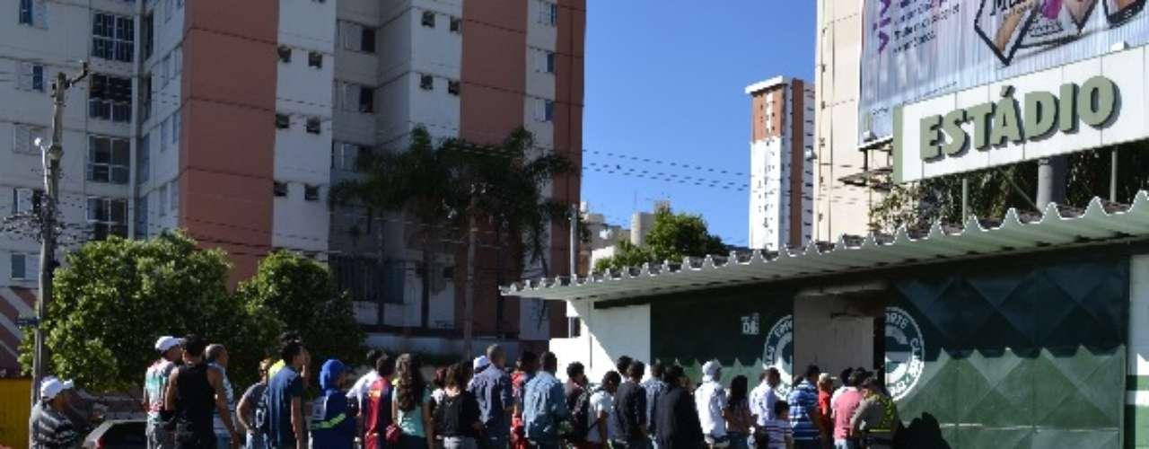 A abertura do treino não foi anunciada com antecedência,mas as pessoas que estavam nas portas do local tiveram a entrada permitida