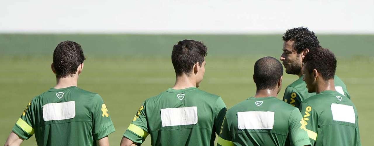 Seleção Brasileira treinou com uma tarja no uniforme, para cobrir a logomarca de um antigo patrocinador da CBF