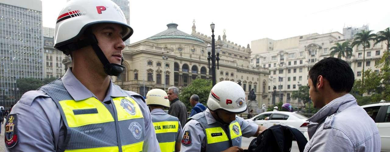 13 de junho - Policiais militares revistam mochilas de pessoas próximas à concentração do quarto dia de protestos