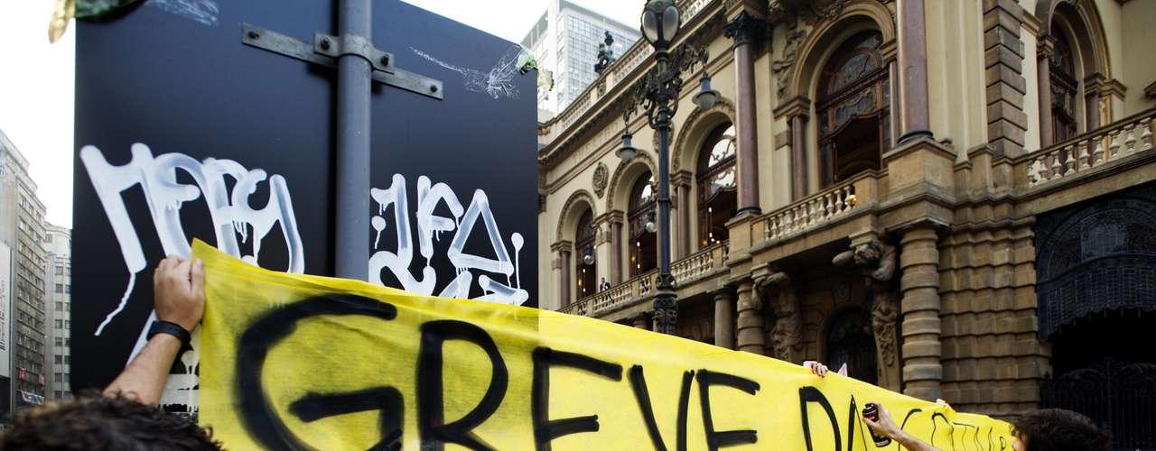 13 de junho - Grupo prepara faixa de protesto citando a greve dos funcionários da CPTM