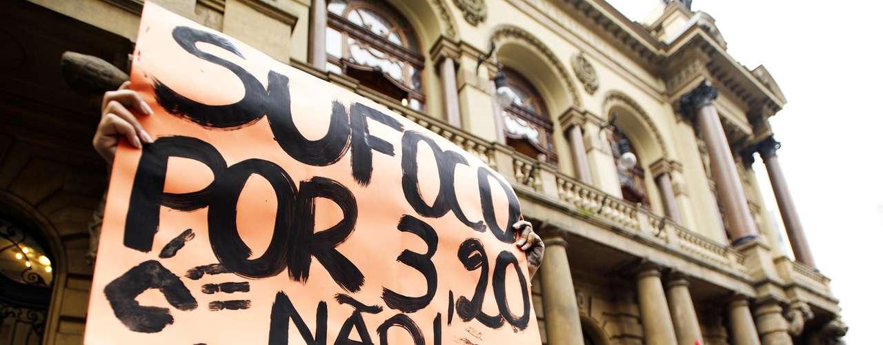 13 de junho - Grupo critica reajuste da passagem de ônibus em São Paulo