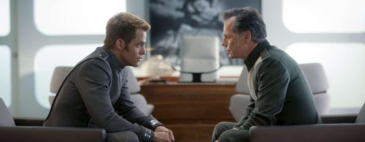Chris Pine chega aos cinemas do Brasil nesta sexta-feira (14), com Além da Escuridão - Star Trek, mais uma vez como o personagem capitão Kirk.Na foto, Bruce Greenwood eChris Pine