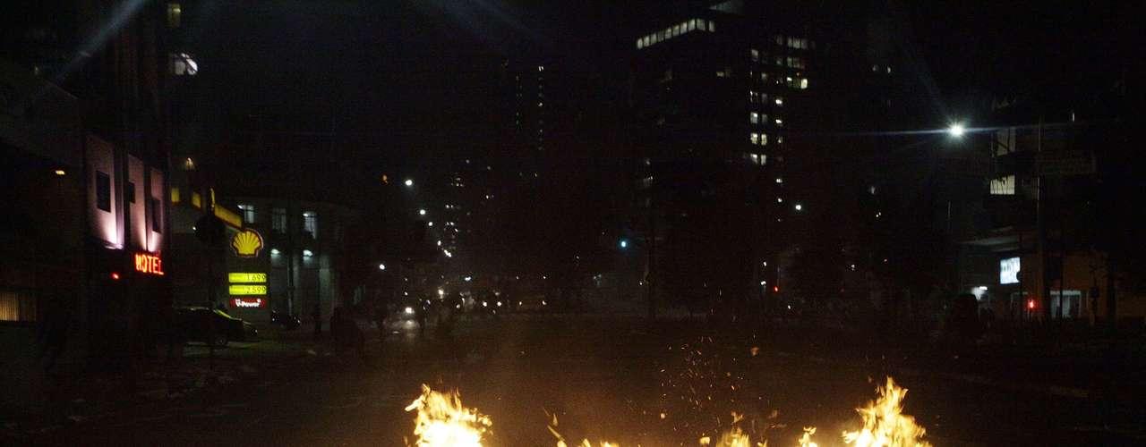 13 de junho -Manifestantes queimam lixo para tentar bloquear rua, durante protesto em São Paulo