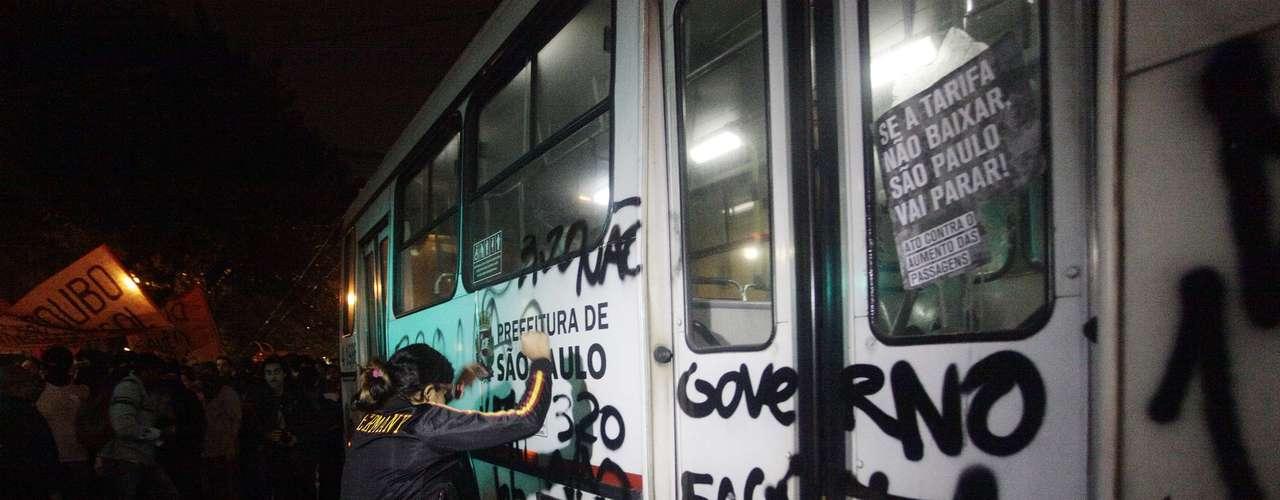 13 de junho -Manifestante chuta ônibus já pichado durante protesto em São Paulo