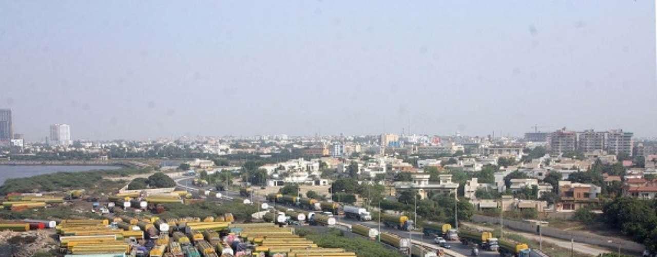 1° - Karachi, Paquistão - Cidade mais populosa do Paquistão, com cerca de 15,5 milhões de habitantes, Karachi foi apontada pela pesquisa da EIU como a de menor custo de vida do mundo, ao lado de Mumbai, Índia. Conhecida na região como cidade das luzes, Karachi é um dos principais centros portuários e econômicos do país. A média de preço de um quilo de pão na primeira colocada do ranking é de US$ 1,76 - e uma rúpia paquistanesa equivale a US$ 0,01.