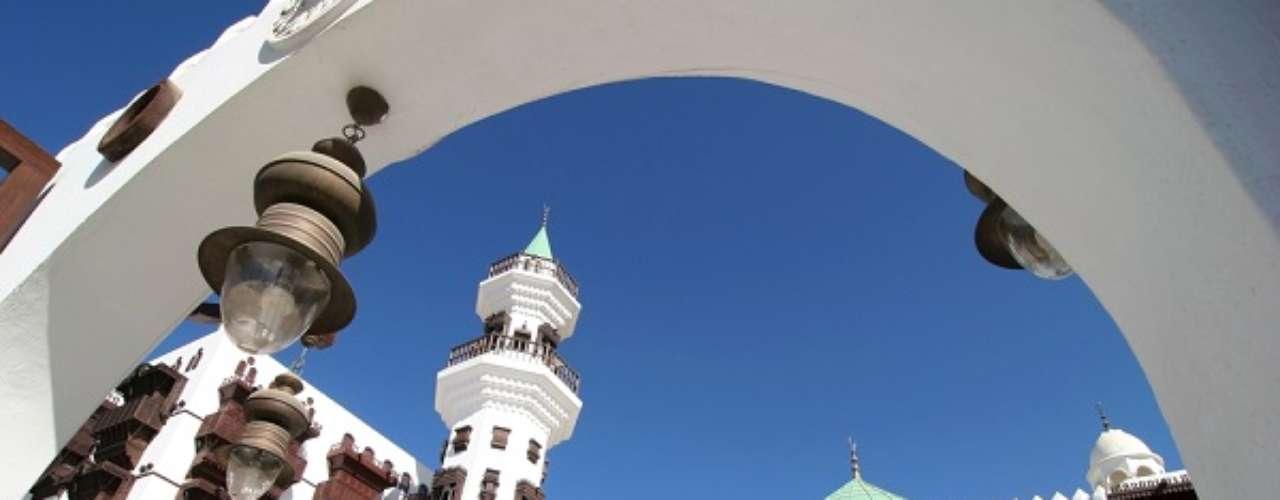 9° -  Jidda, Arábia Saudita - Nona colocada na lista das cidades mais baratas para morar em 2013 da EIU, Jidda está localizada na costa do Mar Vermelho, à porta de dois dos mais sagrados locais do Islã, Meca e Medina. É o maior centro urbano na costa ocidental e a segunda maior cidade da Arábia Saudita, atrás apenas da capital Riad. Em Jidda, encher o tanque não machuca o bolso, pois o litro de gasolina na cidade custa US$ 0,13, uma pechincha! A moeda corrente do país é o rial, cuja unidade equivale a US$ 0,27.