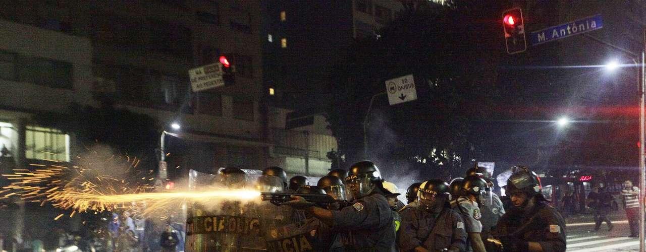 13 de junho -Policiais usam bombas de gás lacrimogêneo e de efeito moral para tentar afastar manifestantes