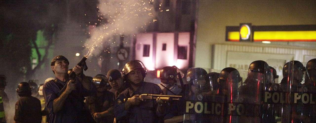 13 de junho -Policiais e manifestantes entraram em confronto na rua da Consolação, depois que presentes no protesto tentaram furar bloqueio policial