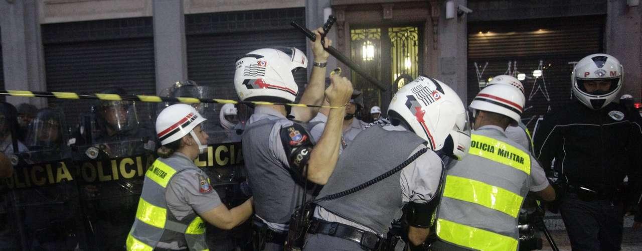 13 de junho -Além de faixas contra o aumento da passagem, alguns dos presentes no protesto critcavam a ação da polícia, que consideram uma \