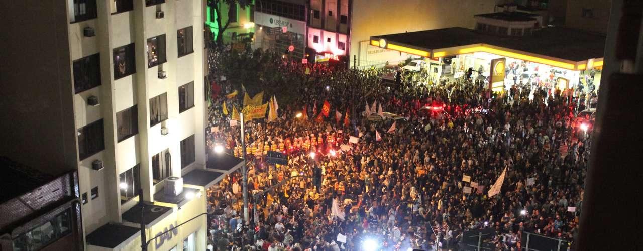 13 de junho - Esquina da rua Maria Antonia com a avenida Consolação mostra a grande concentração de manifestantes na região