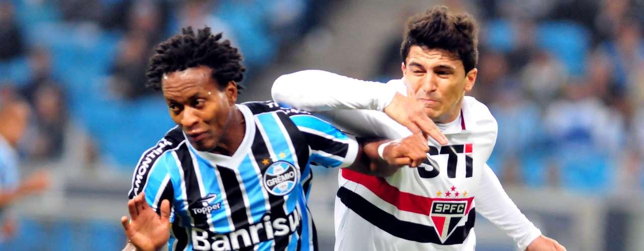 Zé Roberto e Aloísio brigam pela bola na Arena do Grêmio