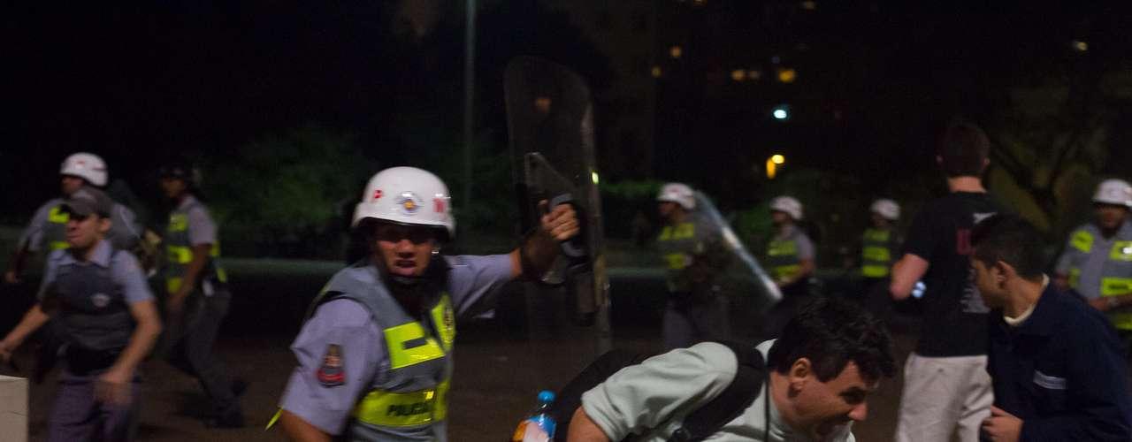13 de junho O repórter do Terra Vagner Magalhães levou um golpe de cassetete de um policial militar enquanto cobria o protesto. O jornalista foi agredido no braço