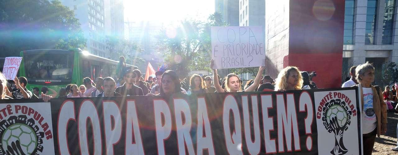 Os participantes do protesto trouxeram faixas com dizeres como \