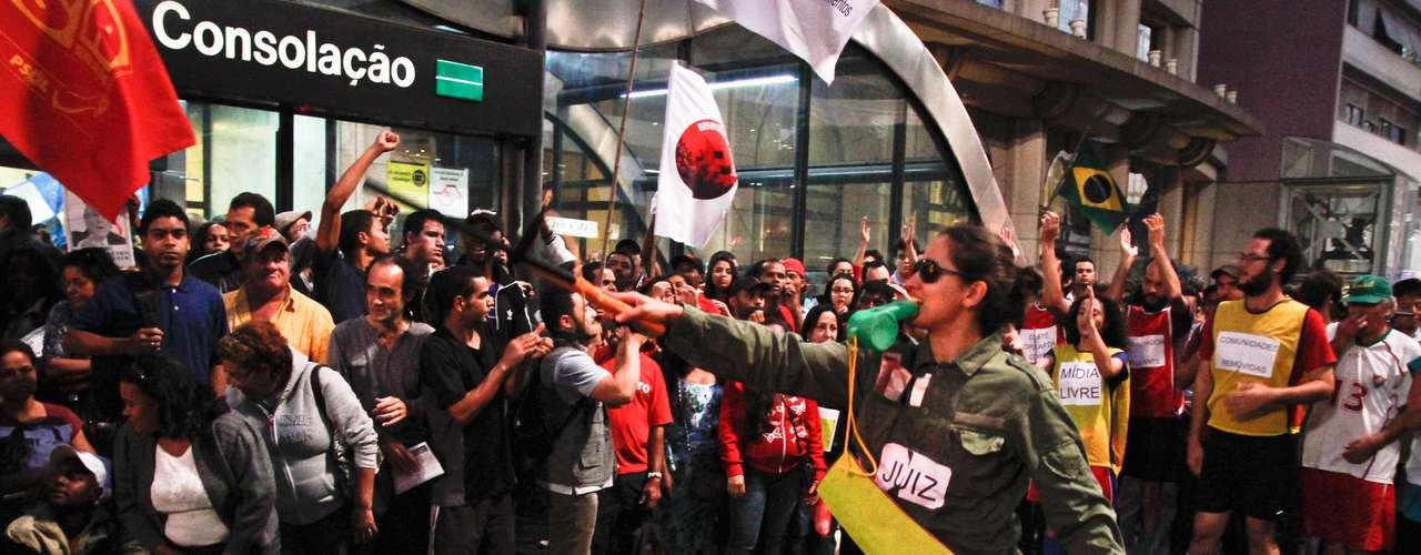 Manifestantes reclamam contra a Copa do Mundo em protesto na Avenida Paulista