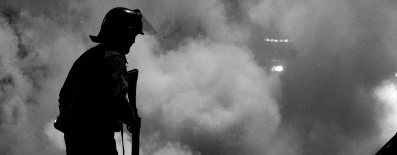 13 de junho -Manifestantes atearam fogo em pedaços de madeira durante o protesto desta quinta-feira