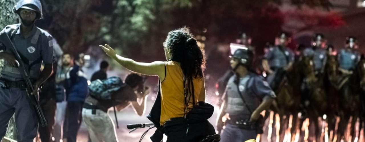 13 de junho -Mulher colou cartaz em sua bicicletacontra o aumento da tarifa do transporte público na capital: \