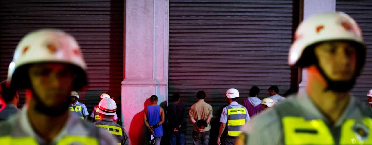 13 de junho - Manifestantes são detidos e enfileirados na rua da Consolação esquina com a rua Maria Antonia