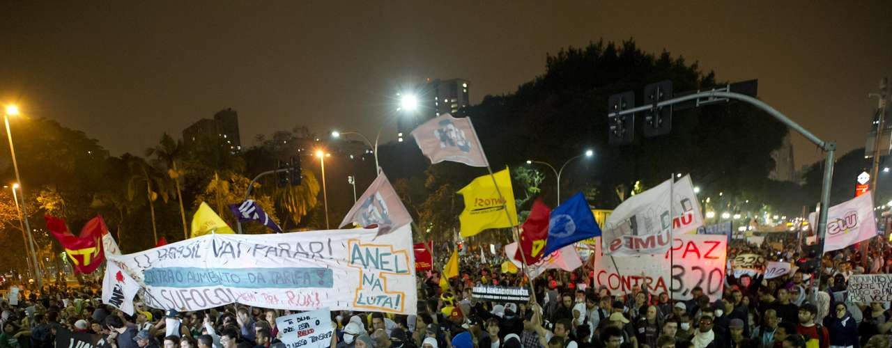 13 de junho - Milhares de pessoas foram às ruas de São Paulo protestar contra o aumento da tarifa do transporte público