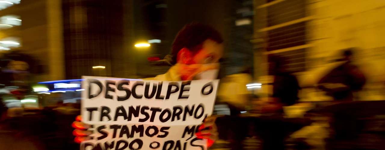 13 de junho - Manifestante carrega cartaz durante protesto