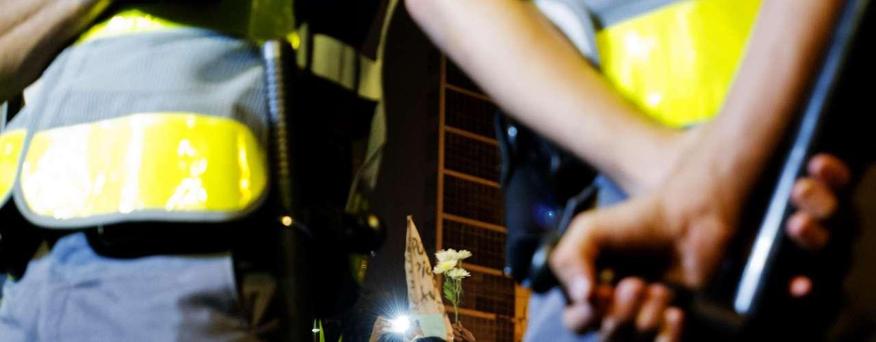 13 de junho - Jovens oferecem flores à policiais militares durante a manifestação