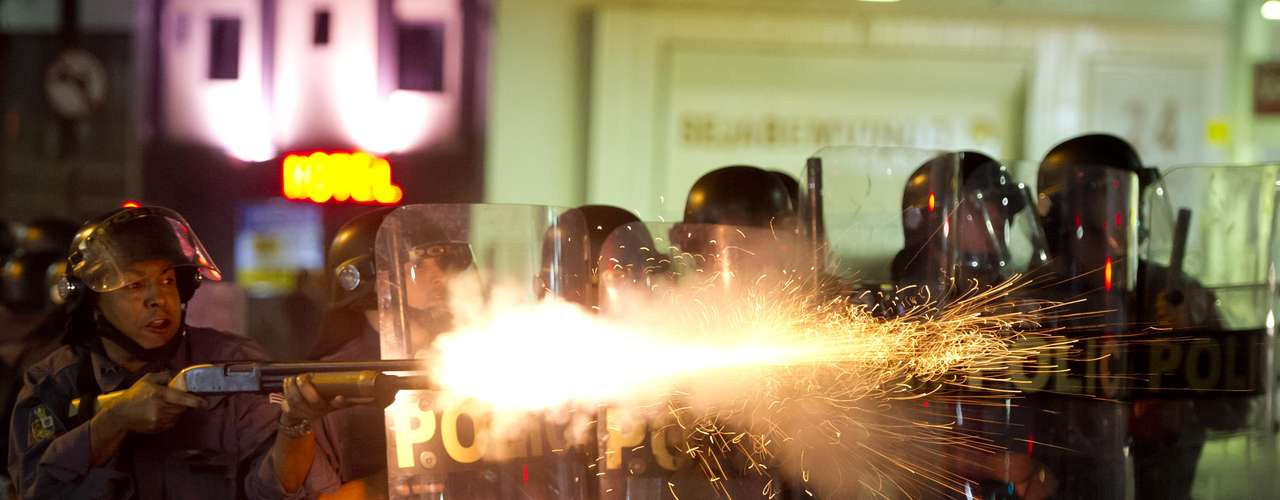 13 de junho - Policial dispara tiros de bala de borracha contra manifestantes
