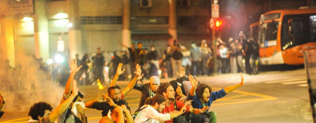13 de junho Jovens pedem para que policiais não atirem contra eles