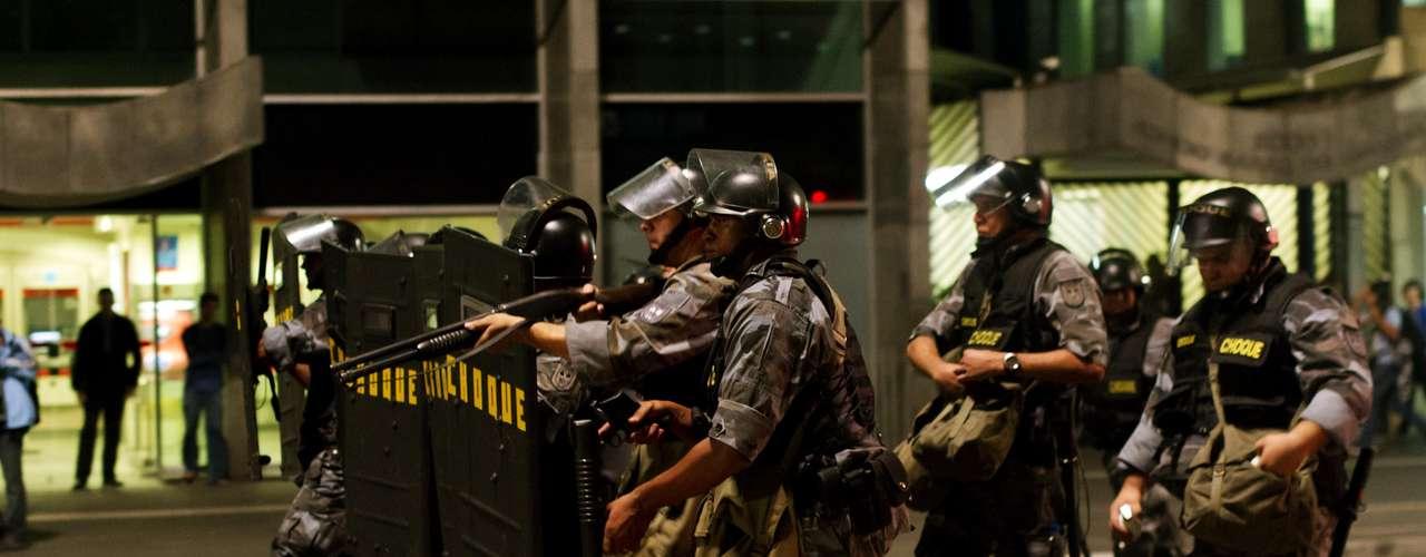 13 de junho -  Tropa de Choque se prepara para cercar os manifestantes
