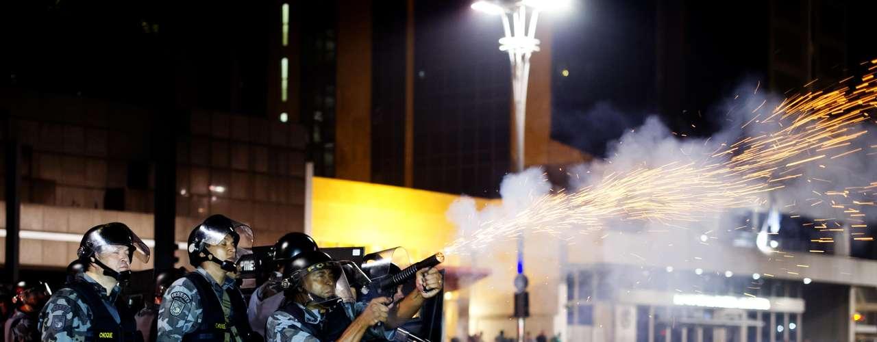 13 de junho -  PM atira contra manifestantes durante protesto na capital paulista