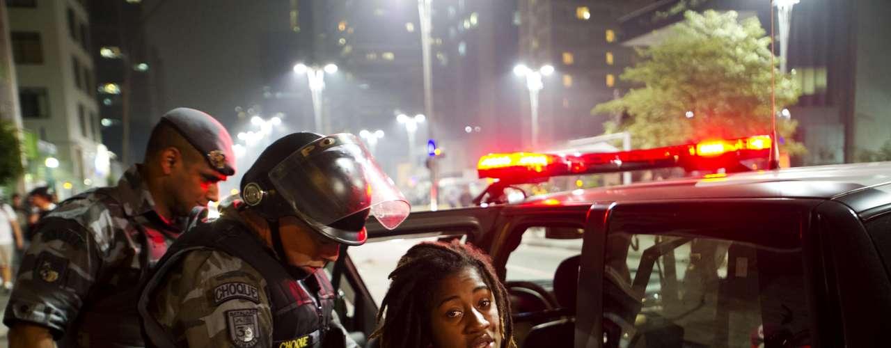 13 de junho -  Manifestante sendo presa por policiais