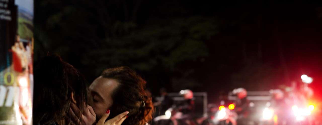 13 de junho -  Casal se beija em meio a ataque da Tropa de Choque contra manifestantes